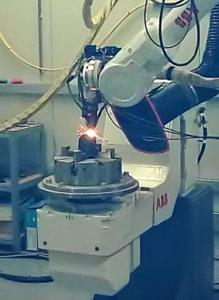 Rotor geproduceerd via LMD. Links: tijdens productie bij CRM.